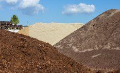 Terre, sable et écorce