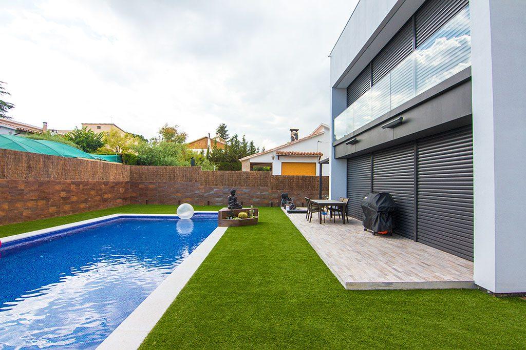 Gazon artificiel et piscine les protagonistes jardi for Grossiste materiel piscine