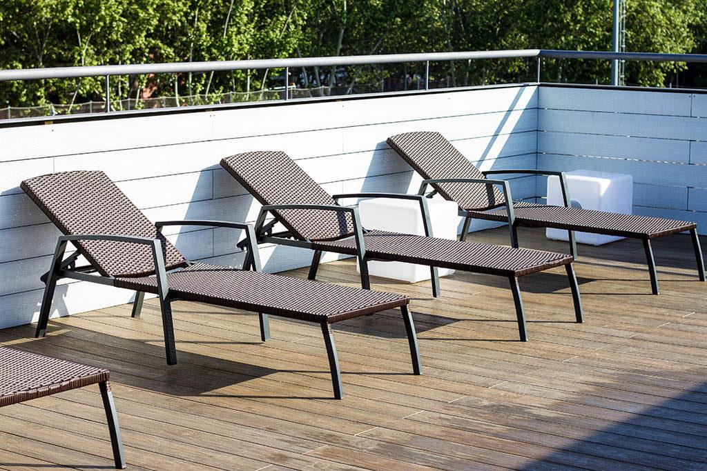 Terraza/solarium de un polideportivo de Brcelona con tarima sintética Supradeck